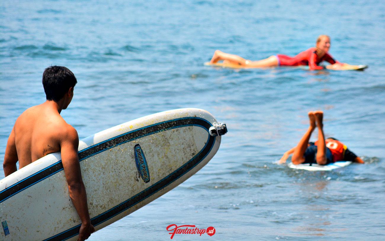 surfing di pantai legok pari batu karas